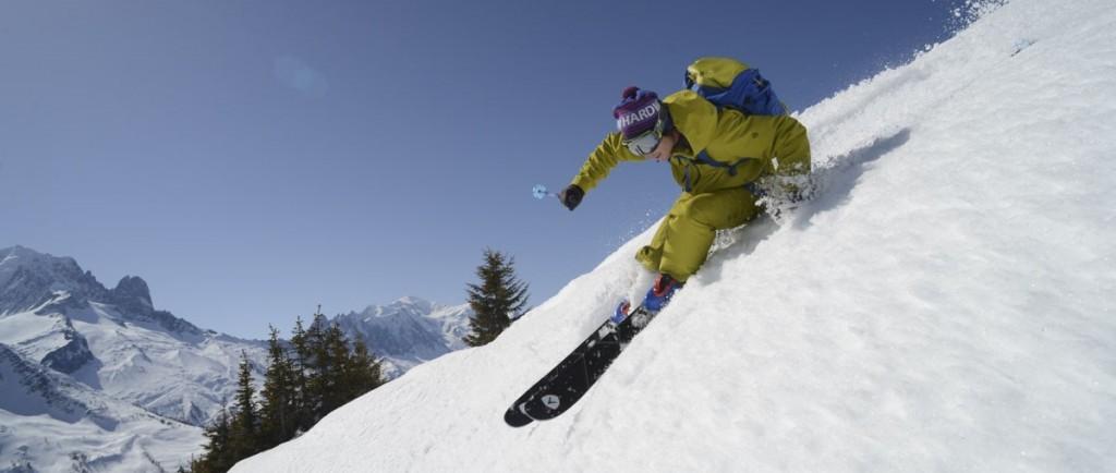 Skieur de rando en pleine descente avec le Mythic de Dynastar