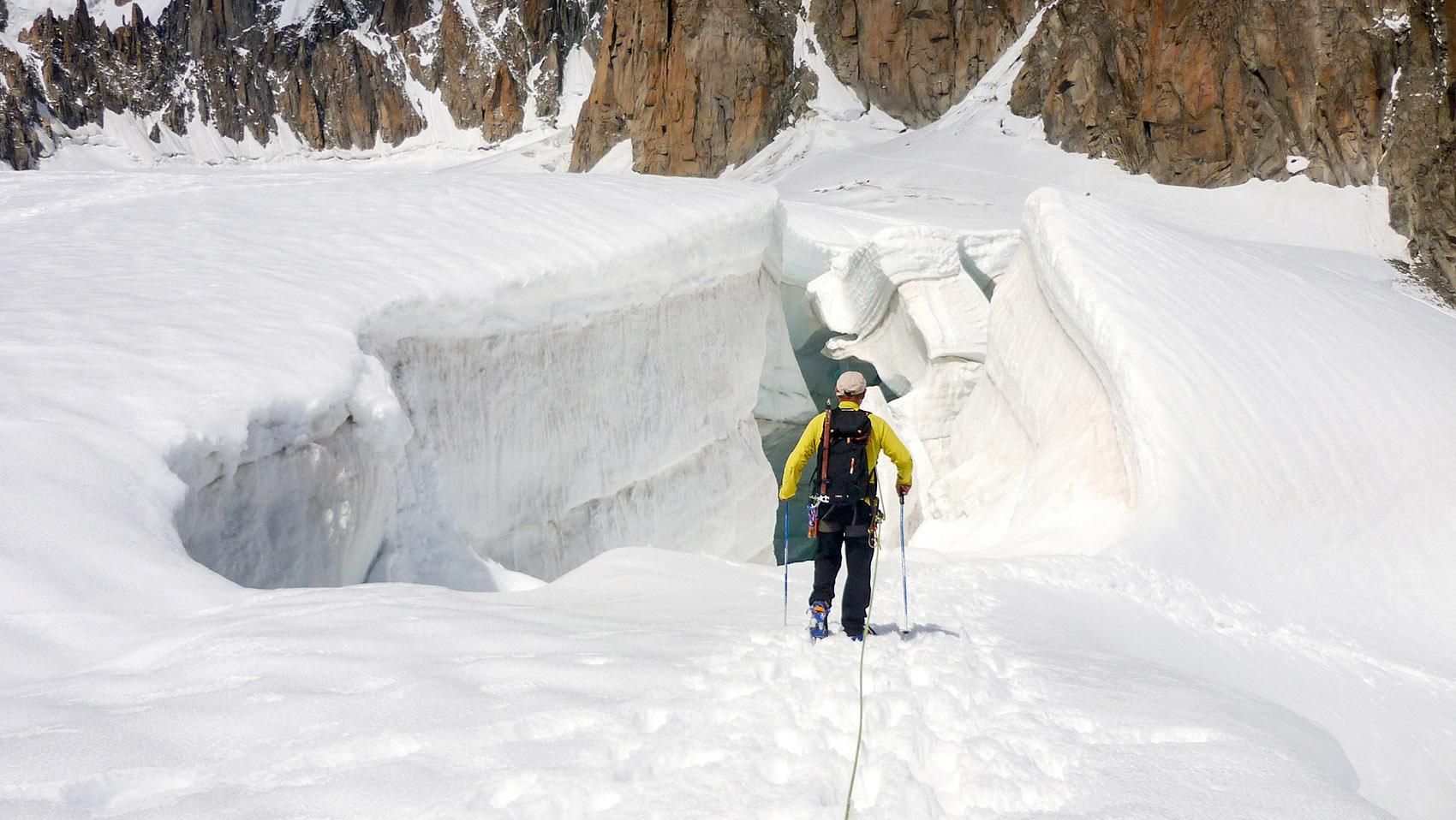 Guide de haute montagne crevasse Mont Blanc