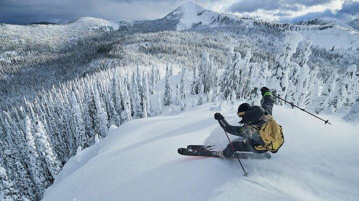 Découvre le Ride Free avec les skis Rossignol Black Ops !