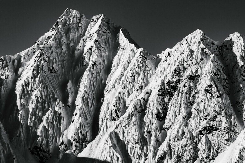 Dans la région de Haines en Alaska, Guillaume Lahure nous suggère l'immensité de ces lignes et couloirs, à déguster du regard faute de pouvoir les skier.