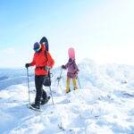 Monter en raquettes à neige et descendre en snowbaord