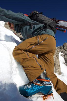 Les crampons se fixent directement sur les semelles des chaussures de ski rando